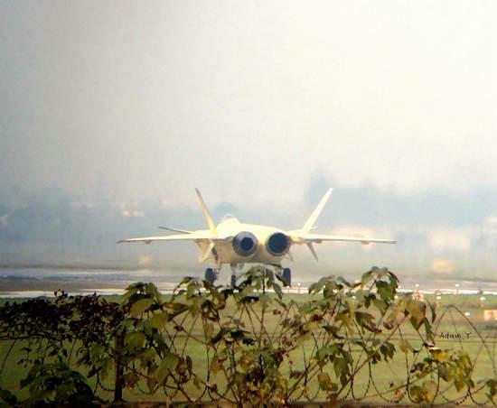 原文配图:进行地面测试歼-20战斗机。