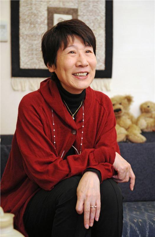 上月辞世的津岛佑子是日本著名作家太宰治的次女,但父亲在其两岁时自杀身亡