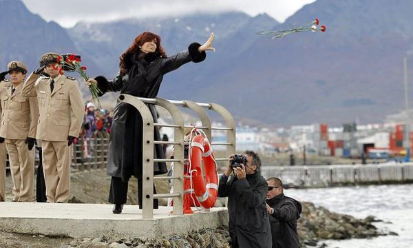 """2012年,时任阿根廷总统克里斯蒂娜向比格尔海峡马岛方向抛出鲜花,纪念""""马岛战争""""30周年"""