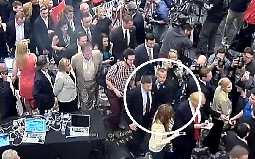 佛州警方新发布了一段当时场面的监控录像。摄像头记录的画面显示,菲尔兹走在特朗普身边,并试图向其提问,勒万道斯基则想要把她拉开。