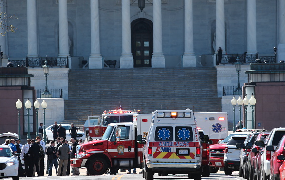 执法人员表示,枪击案发生在游客最为集中的国会山游客中心大楼,当时嫌疑人在通过大楼入口的安检装置时安检警报响起,就在执法人员准备要求嫌疑人重新进行安检时,嫌疑人突然掏出手枪向现场的执法人员挥舞,一名执法人员立即开枪回击将嫌疑人击倒。