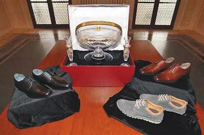 习近平在捷克收到的礼物包括三双鞋和一套水晶