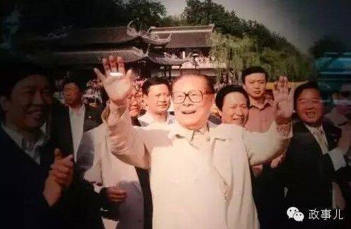 2013年卸任国家主席后,胡锦涛也会出现在一些景点,黄山、凤凰古城等。