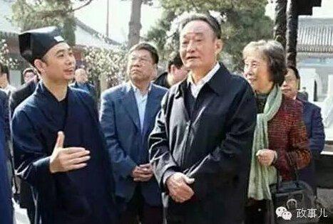 2013年6月12日,贾庆林到江苏扬州大明寺参观。