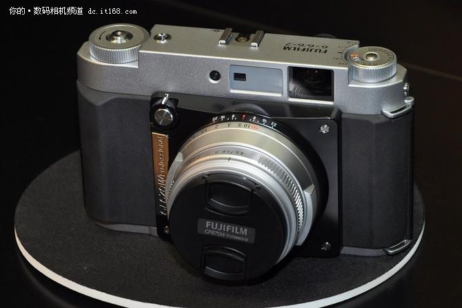 2013年索尼以一款A7相机开启了全幅普及化的大幕,相信用户也希望富士这次能够担起普及中画幅的重任。
