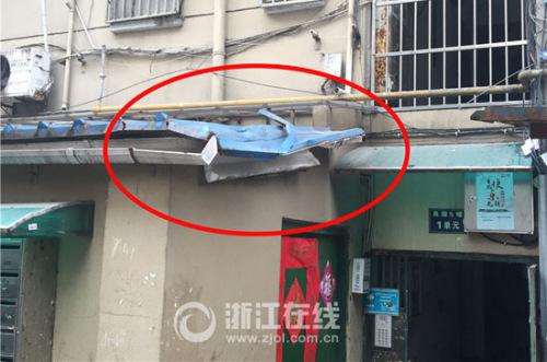 刘密斯跳下时先砸在一楼的挡雨棚上,再被蒋伯父接住。