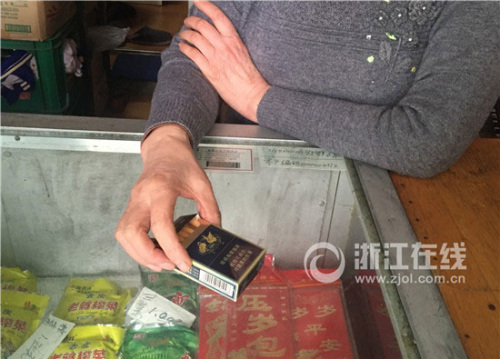 救人前,蒋伯父在事发楼楼下的小卖部买了一包烟,店主娘过后仍替他保管着。