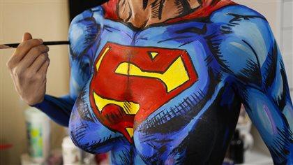 """绘画天赋,让自己变成人体彩绘的画布,""""变成""""各种超级英雄及反派人物."""