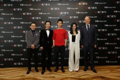 魅力惠MEI.COM集团总裁史习羽先生(左一),阿里巴巴首席市场官董本洪(左二),演员盛一伦(左三),歌星袁娅维(右二),魅力惠CEO及创始人韦亦博先生(右一)