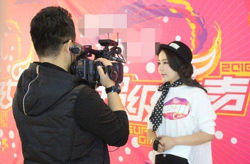 成镓羽在现场接受采访