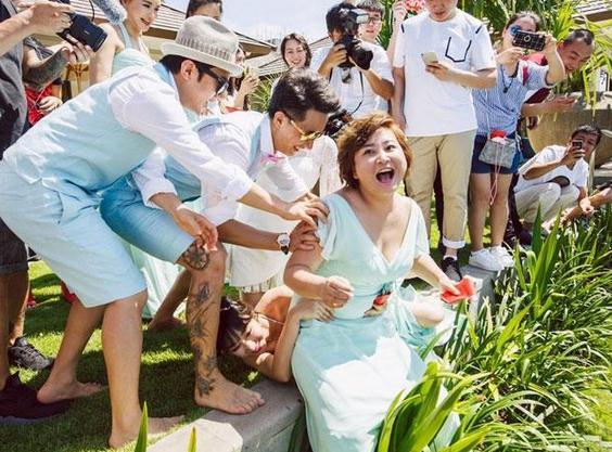 包贝尔大婚伴娘柳岩险被扔水里 还好有贾玲