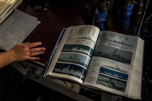 """""""钱斯洛斯维尔""""号上的《简氏军舰》翻到了中国海军护卫舰"""