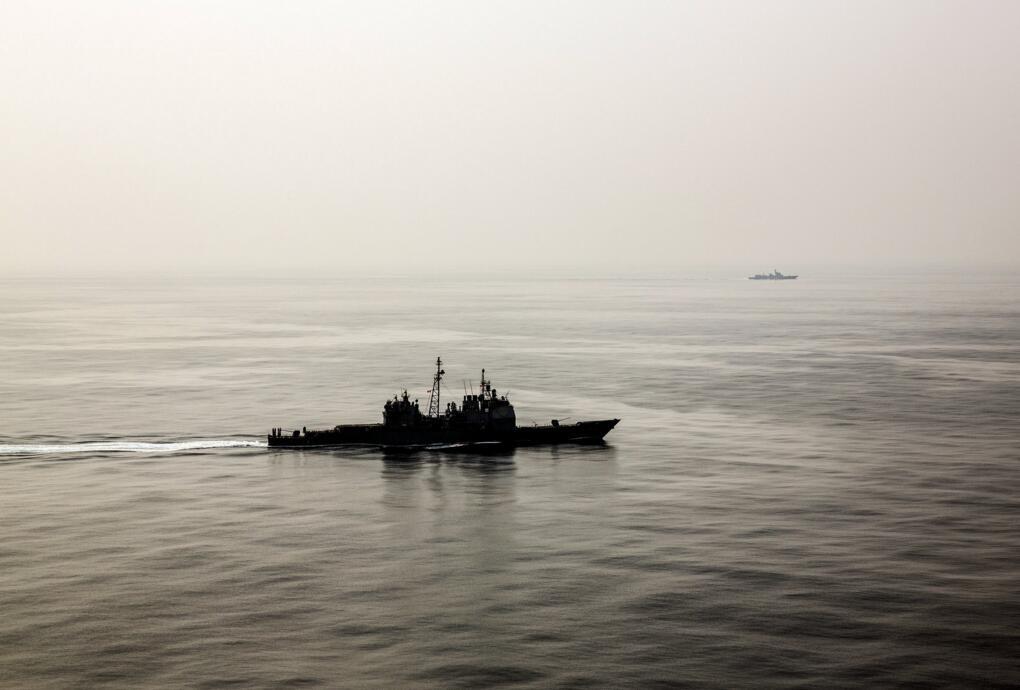 中国海军舰艇跟踪监视,照片中远处的可能是后续接替的052C/D型导弹驱逐舰