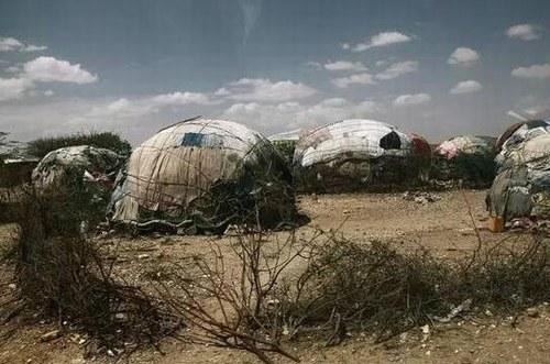 埃塞俄比亚难民营,难民们在窝棚外裹上了各种布。
