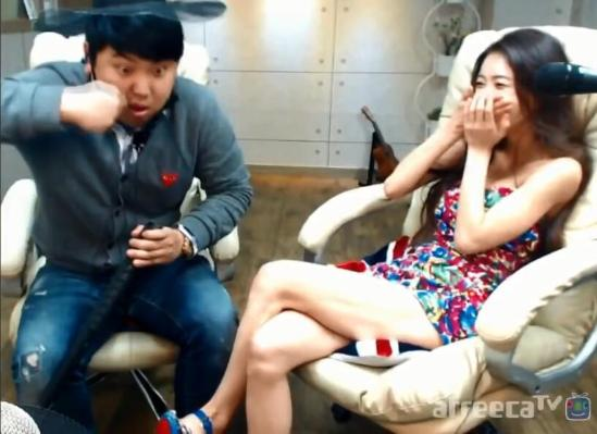 在韩国的直播平台afreeca,男主播和女主播一起直播向来不是审美新鲜事,而最近一则直播视频吸引了很多网友的注意。