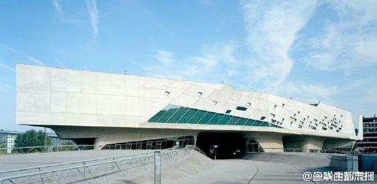 """""""建筑界女魔头""""扎哈·哈迪德逝世BBC消息,伊拉克裔英国建筑师扎哈·哈迪德(Zaha Hadid)因心脏病突发病逝于迈阿密医院,享年65岁。2004年,扎哈成为首位获得普利策克建筑奖的女性建筑师。她设计了北京银河SOHO、萨拉戈萨 桥、伦敦水上运动中心、广州大剧院等备受瞩目的作品。图据三联生活周刊"""