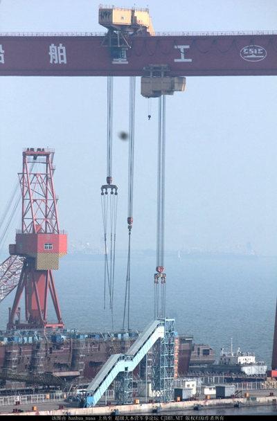 图为网友上传了疑似正在大连建造国产航母的照片,显示正在吊装舰艉分段。此前国产航母已分别安装了机库和舰艏的分段。