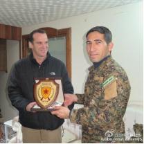 美国反IS联军特使与YPG发言人合影