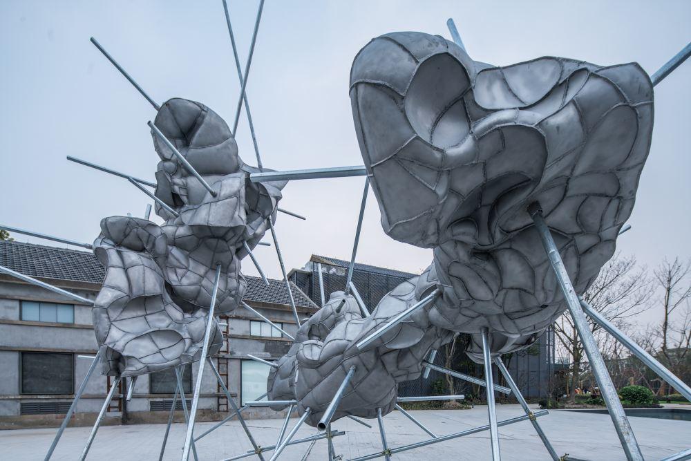 弗洛伦泰因・霍夫曼,<< 浮鱼 >> 装置,作品位置:西栅景区水剧场