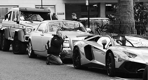 """环球时报驻英国特约记者 王辉 环球时报特约记者 刘皓然一支由4辆豪车组成的""""黄金车队""""近日""""空降""""英国伦敦市中心。英国媒体爆料说,""""黄金车队""""的主人是一名沙特富翁。这种高调的""""炫富""""行为引发伦敦市民强烈反感,他的车日前因违规停放被警方开了罚单。"""