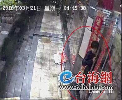 把两扇玻璃门往外掰,露出一个20厘米左右的缝隙,从缝隙中钻进商店行窃。一名男子因为盗窃被警方抓获,交代作案20多起,已被警方刑事拘留。