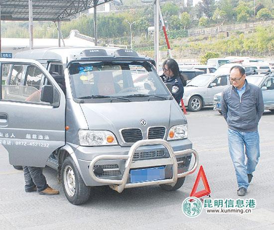 面包车加装副刹和辅助后视镜也可当自学车 供图