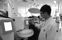 3月31日,工作人员在伊利集团检测实验室进行检测操作。