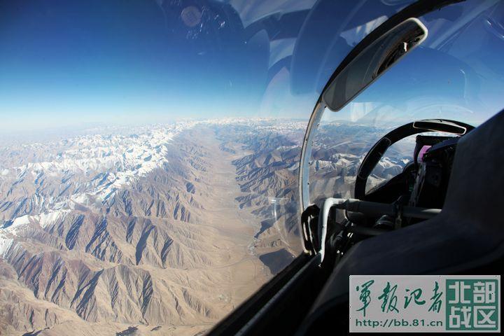 3月28日8时30分,随着两架战机呼啸升空,北部战区空军航空兵某旅飞行训练正式开始。两架飞机刚一进入训练空域,就展开了空中对抗训练。旅领导说,只有按照实战标准抓训练,部队才能打得赢。(戴可)