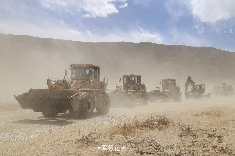 驻藏解放军在雪域山谷飞速架桥