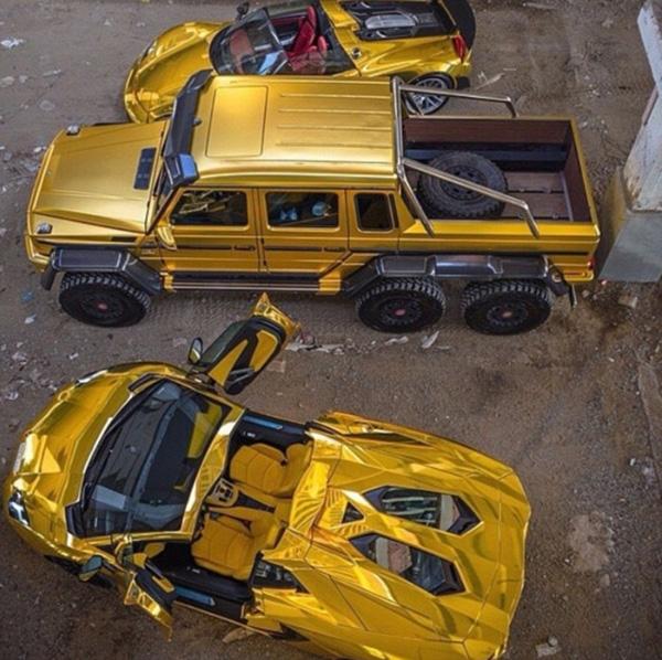 据英国《每日邮报》3月30日报道,日前,沙特阿拉伯土豪图尔基.本.阿卜杜拉(Turki Bin Abdullah)开着他的金色宾利、兰博基尼、劳斯莱斯等豪车亮相伦敦街头,引起轰动。