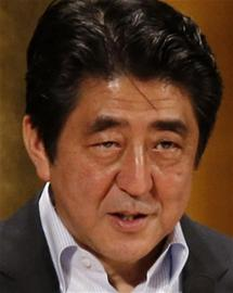 日本首相、自由民主党党首安倍晋三3月30日与执政伙伴公明党的党首山口那津男会谈,协商议题包括是否在今年夏天国会参议院选举同一天举行众议院选举。