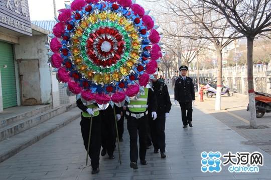 民警队列整齐前往烈士陵园