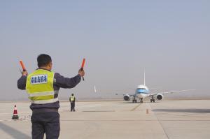 北戴河机场昨天迎来第一架飞机。 记者 翟开矿摄