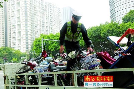 """深圳交警连日来采取高压态势""""禁摩限电""""。交警供图"""