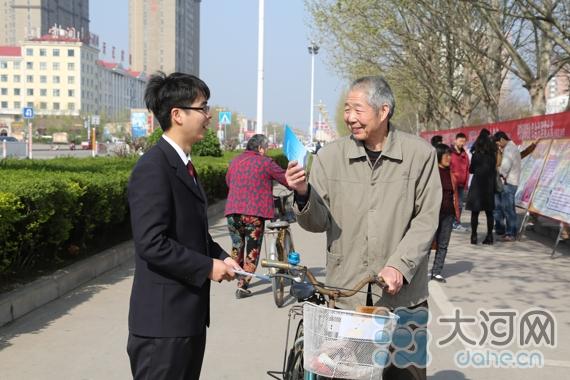 叶县检察院工作人员向市民发放宣传册