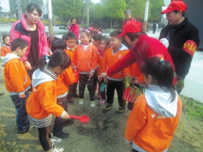 文昌花园社区绿地认养为扬城添绿。