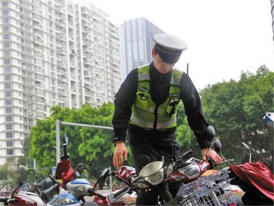 事实上,2012年3月,深圳确定了对于深圳范围内从事公共设施抢修、邮政(含报刊投递)、快递等行业,以及运送桶装饮用水、瓶装燃气等单位所使用的电动自行车,采取总量控制原则,经统一载物托架和车身颜色,纳入规范管理后,允许上路行驶,并不受限制行驶措施限制。经过几年的发展,目前特殊行业备案车辆达到3.8万辆,其中快递业近1.3万辆,占所有行业总数的34%,全市28家特殊行业中,物流快递业是配额最多的一个行业。下一步,交警部门将与相关协会、单位协商,进一步增加配额,满足行业需求。(央视记者 魏星)
