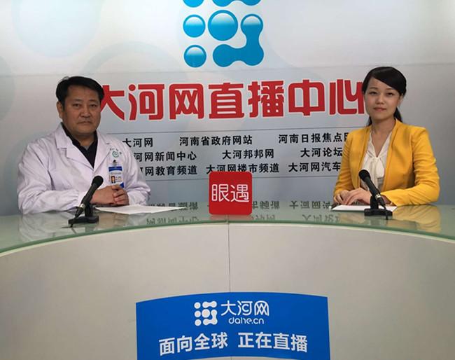 3月31日,郑州大学第一附属医院微创外科张豫峰教授(左)接受大河网记者视频采访。