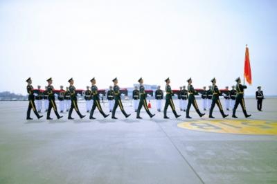 韩方向中方礼兵交接中国人民志愿军烈士遗骸