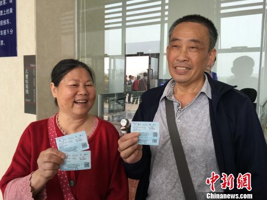 4月1日,博白火车站开通博白至南宁首发客车,乘务员在上车处迎接乘客。 廖敏佳 摄
