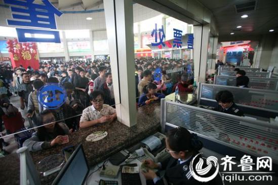 4月1日下午,济南长途汽车总站提前迎来清明假期首个客流高峰。