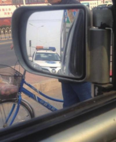 """事发当全国午,祝老师经过本人车内的反光镜,拍到了一辆前来法律的""""城管车""""。祝老师供给"""