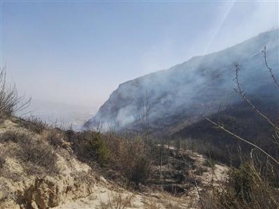 青海新闻网讯 4月1日11时40分左右,城西区张家湾山上因市民上坟烧纸引发山火,过火面积达100余亩。事发后,多部门百余人齐救援。