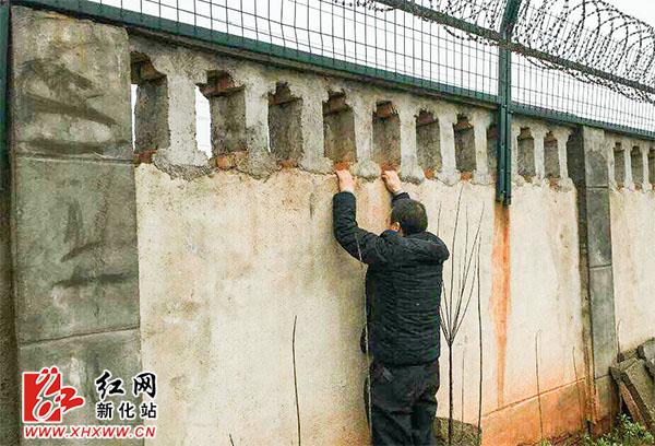 隆回女子陈某欲翻墙进入新化高铁南站