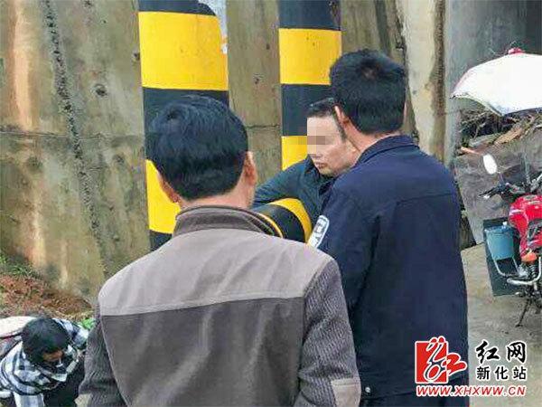 新化南站派出所差人对陈某停止批判教导