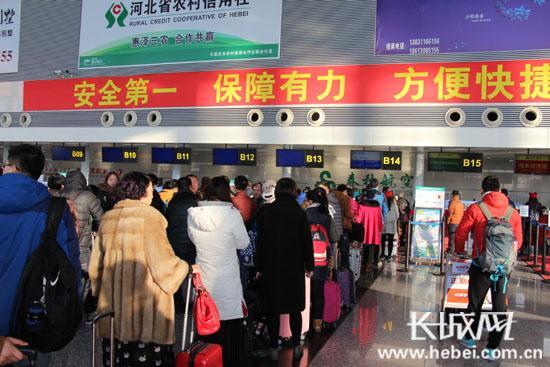 机场候机大厅旅客络绎不绝。 长城网 张欣 摄