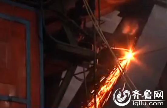 工人们正在拆除锅炉,这是今年市中区第一家被淘汰的燃煤锅炉视频截图