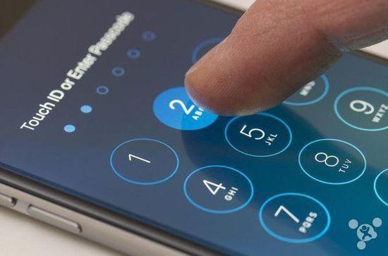 """以安全著称的苹果操作系统近段时间被 FBI 成功破解,这一事件在全球范围内都引发了激烈讨论。对此,苹果工程师在 CNN 采访中一直强调,随着黑客技术逐渐提升,他们也需要不断的完善自己的安全技术。但从理论上来说,""""没有哪一家公司可以编写出毫无漏洞的安全代码""""。"""