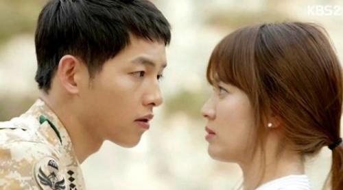 """根据尼尔森的收视数据统计,3月10日播出的《太阳的后裔》第六集在韩国的收视率为28.5%,轻松超越近两年收视最高的电视剧《来自星星的你》。而《星你》最后一集在韩国的收视率为28.1%。据悉,中国某视频网站买下了《太阳的后裔》的独家版权,粉丝可以通过付费成为会员的方式获得""""中韩同步熟肉""""的零时差观剧体验。"""