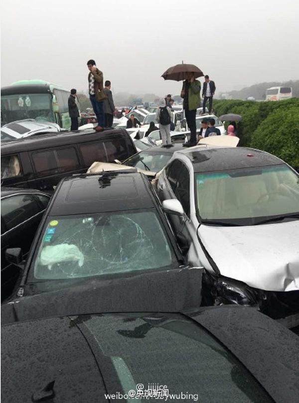 沪宁高速江苏常州段连环车祸30多辆车相撞,十余人送医